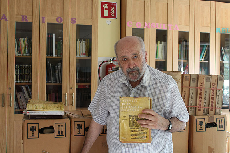 José Arenas dona a la Biblioteca de la Residencia El Salvador su gran colección de obras literarias
